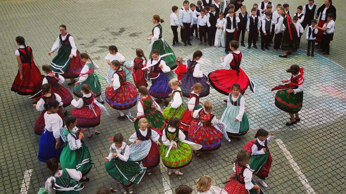 Pörögtek a szoknyák, kopogtak a csizmák – Egy nap népviseletben